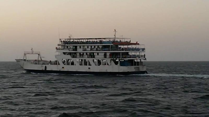150 راكبا عالقا منذ ساعات في عرض البحر بلا مجيب..