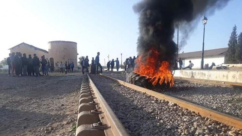 المزونة: عاطلون عن العمل في اعتصام بمحطة القطار.. وهذه مطالبهم