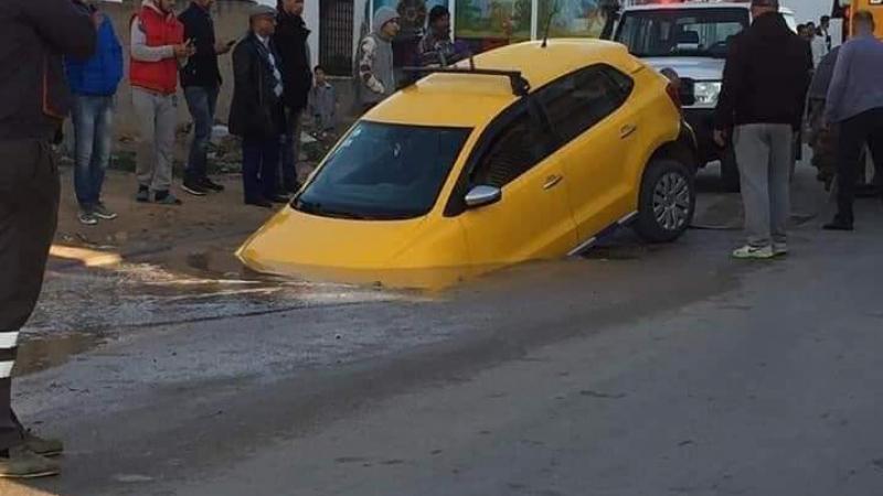 سقوط تاكسي في حفرة وسط الطريق: بلدية سوسة توضّح