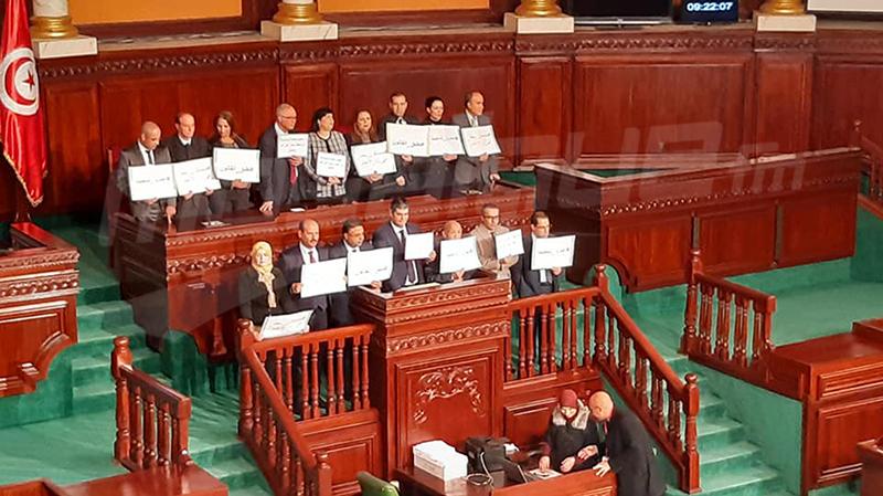 نواب الدستوري الحر يعتلون منصة رئيس البرلمان لمنع الجلسة العامة