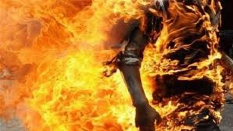 الكاف: كهل يقدم على حرق نفسه