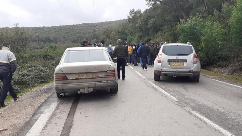 جزائريون يغلقون المعبر الحدودي مع تونس
