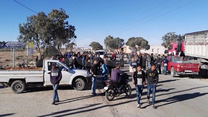 قفصة: محتجون يقطعون الطريق الوطنية عدد14