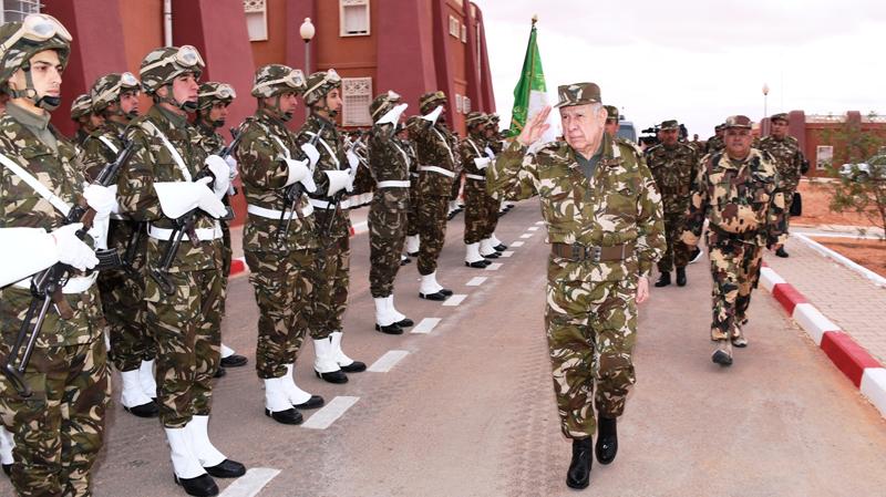الجيش الجزائري ينفذ تدريبات بالذخيرة الحية على الحدود الليبية