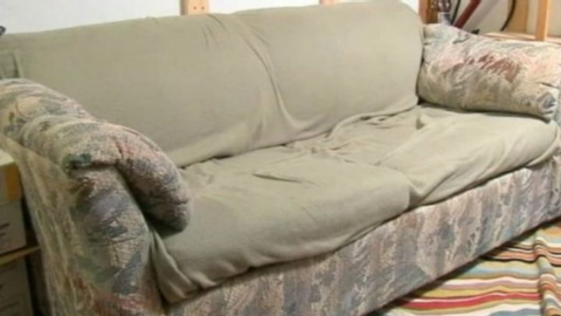 يشتري أريكة مستعملة.. فيجد آلاف الدولارات داخلها