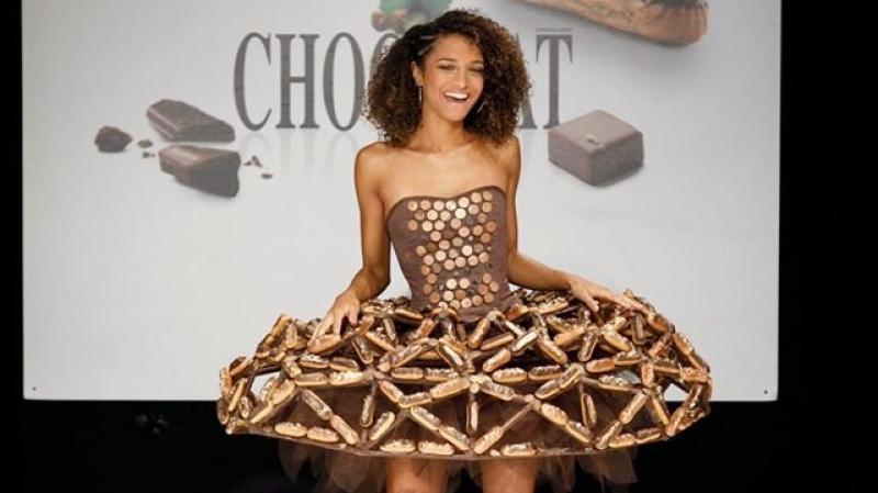 أثواب من الشوكولاتة في عرض للأزياء ببروكسل