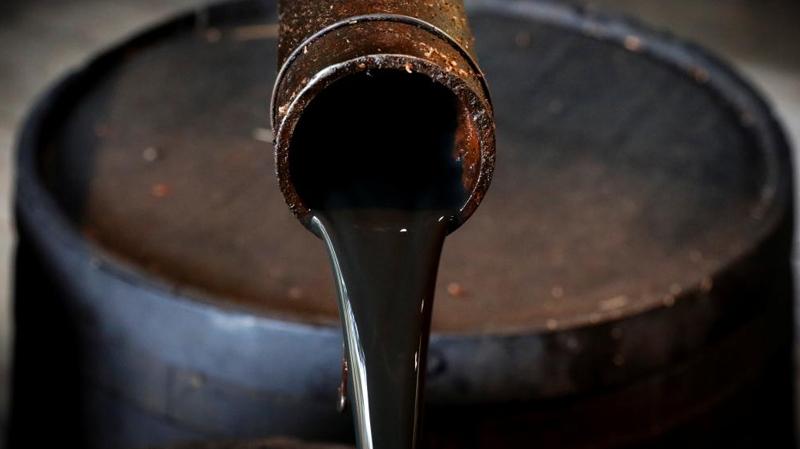 أسعار النفط العالمية تسجل أدنى مستوياتها منذ 18 سنة