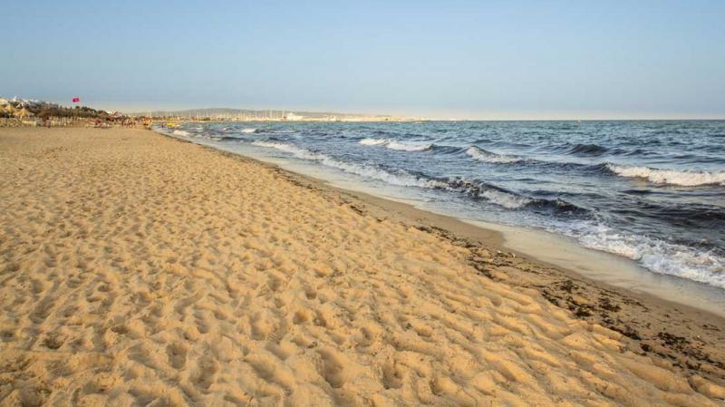 سوسة: شخصان يستوليان على رمال الشاطئ لفائدة مصحة معروفة!