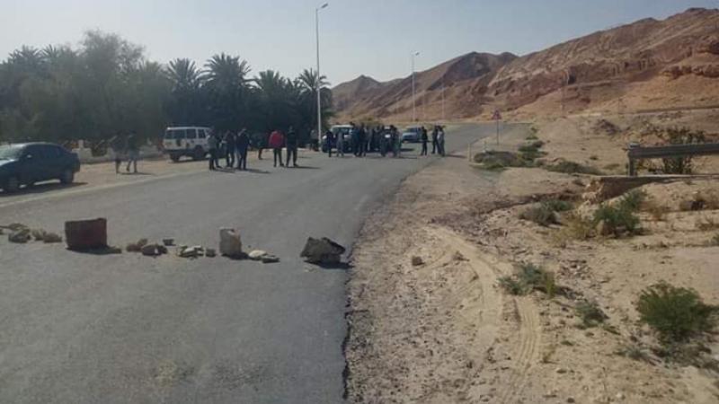 تجار تمغزة يغلقون الطريق إحتجاجاً على نقص التزويد بالمواد الغذائية