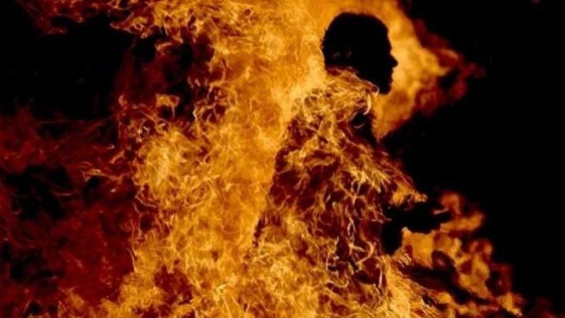 مكثر: شاب آخر يضرم النار في جسده