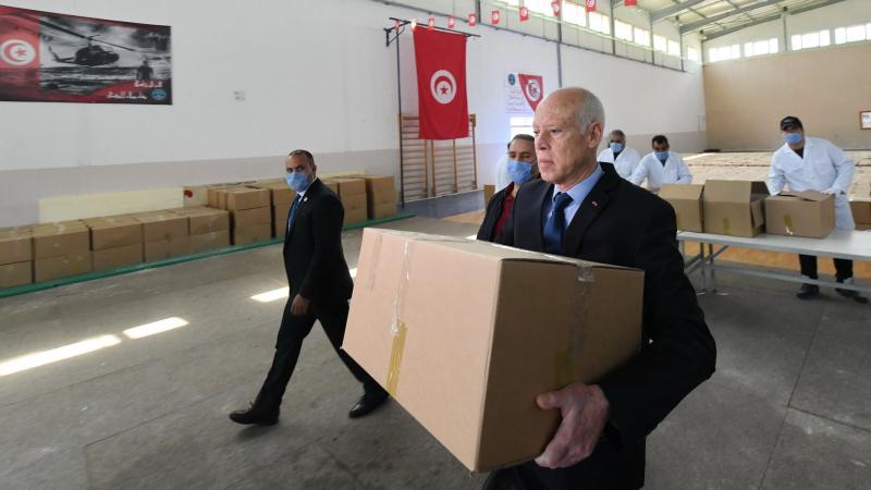 رئيس الجمهورية يساهم في توزيع المساعدات لمستحقيها