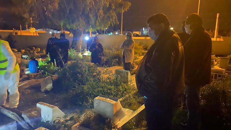 زيتون يحضر عملية دفن متوفّى بكورونا