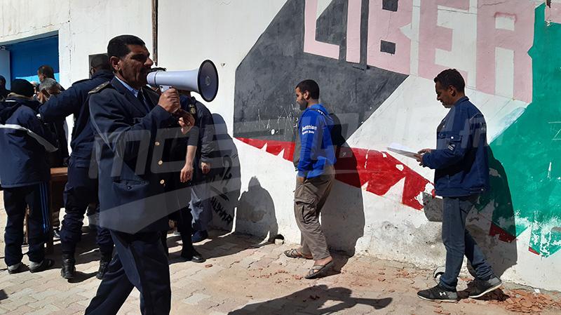المواطنون أمام مكتب عمد تطاوين الشمالية للحصول على المنحة