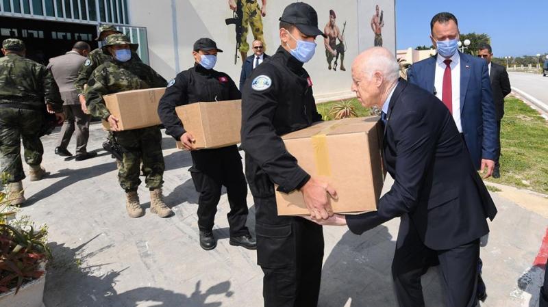 رئيس الجمهورية يشارك في توزيع المساعدات ليلا