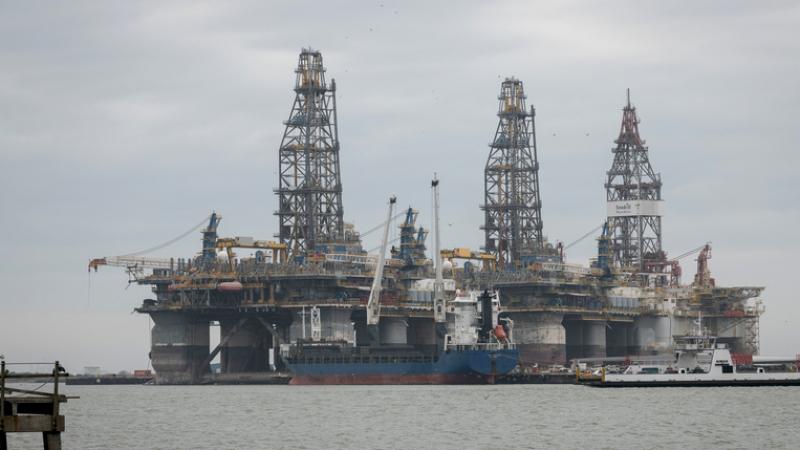 لأوّل مرة في التاريخ.. البائع يدفع للمشتري في سوق النفط