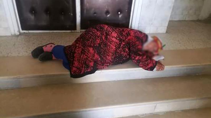 صورة مؤلمة لمسنّة أمام مكتب معتمد تُشعل وسائل التواصل