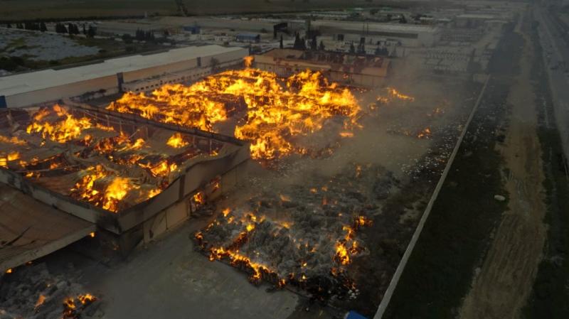 بعد إخماد حريق النفيضة: فرق الإطفاء تواصل تبريد ورفش أكوام الورق