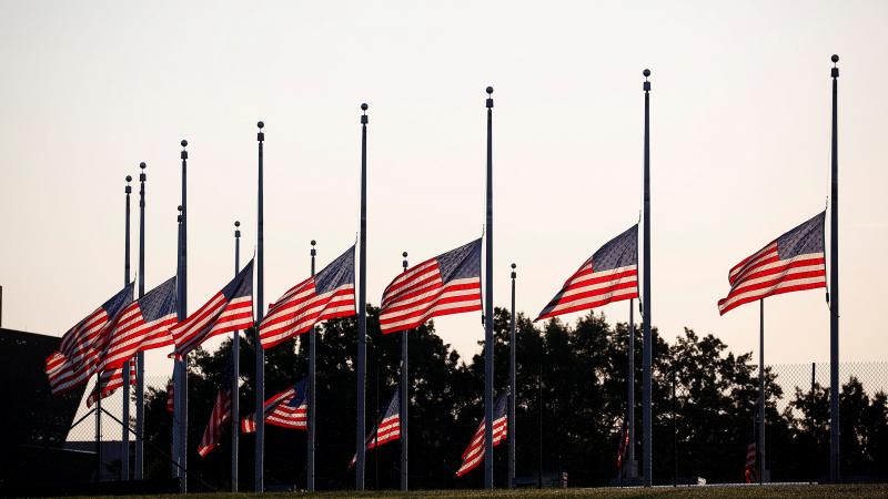 بسبب كورونا: ترامب ينكس الأعلام الأميركية