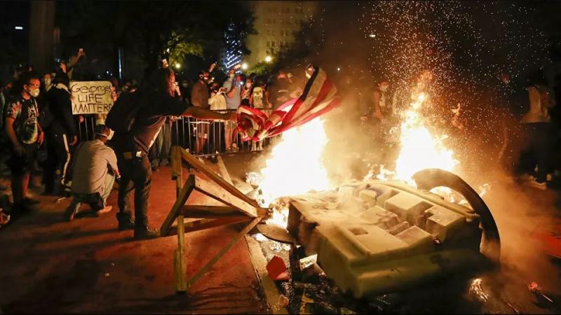 المتظاهرون يُشعلون الحرائق قرب البيت الأبيض