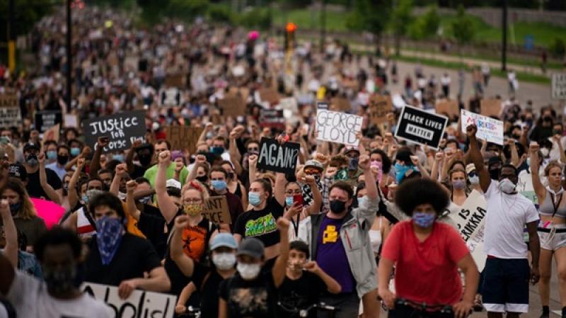 متحدّين حظر التجوال: الأمريكيون يواصلون احتجاجاتهم لليوم الثامن