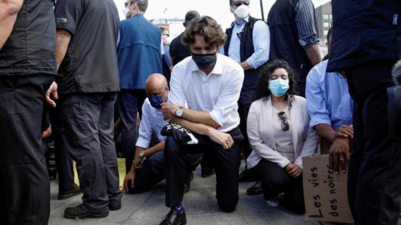 ترودو يجثو على ركبته خلال مسيرة مناهضة للعنصرية