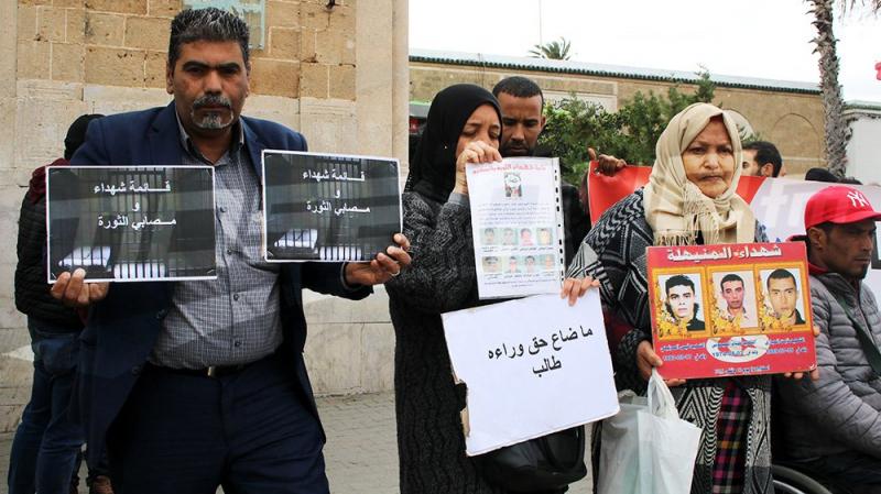 عائلات شهداء وجرحى الثورة يحتجون في ساحة القصبة