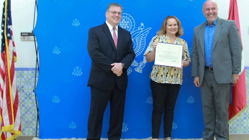 سفارة أمريكا بتونس تمنح المكلفة بالإعلام جائزة أحسن موظف لسنة 2019
