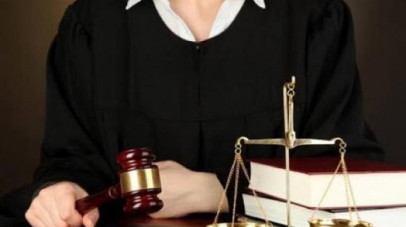 تنتحل صفة قاضية لقضاء شؤونها والتدخل لأقاربها !