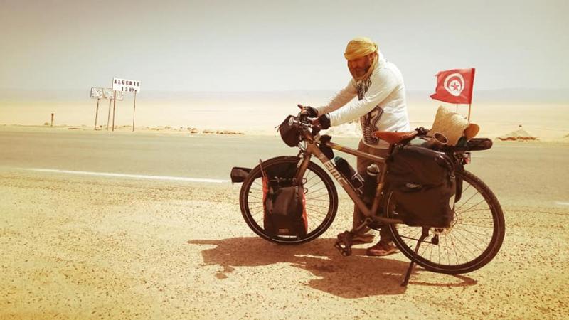 الفنان ياسر جرادي يصل شط ''الجريد'' على متن دراجة هوائية