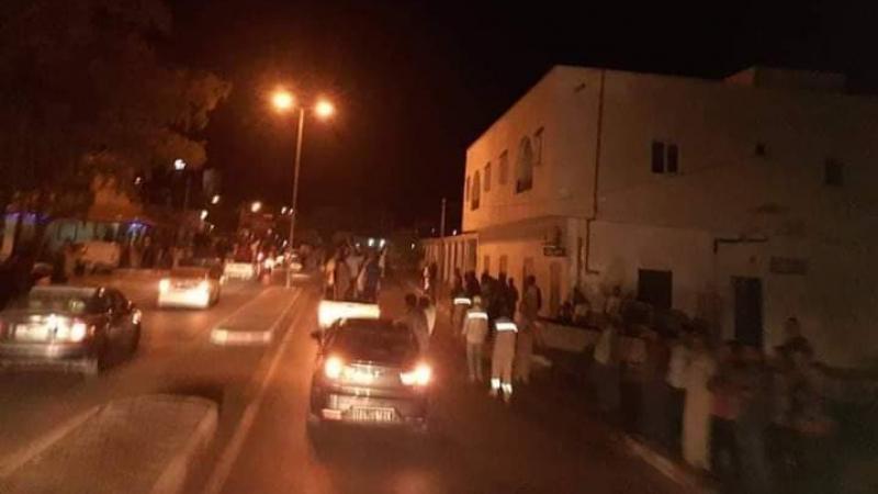 أهالي رمادة يعتصمون بجانب المعبر الحدودي ذهيبة