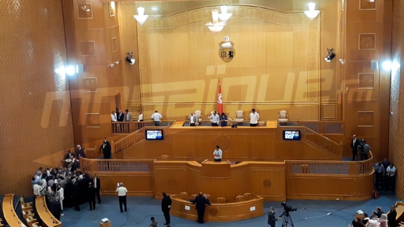 المشرفون على البرلمان يحولون دون تصادم نواب الشعب