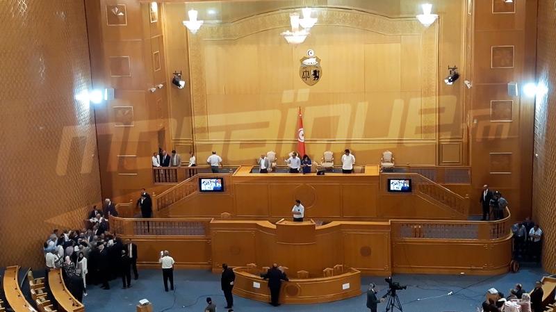 جميع النواب يلتحقون بمنصة الرئاسة.. التشنج ينتقل إلى الشرفة