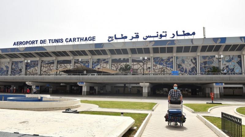 وزير النقل بالنيابة يعاين مدى تطبيق البروتوكول الصحي في مطار قرطاج