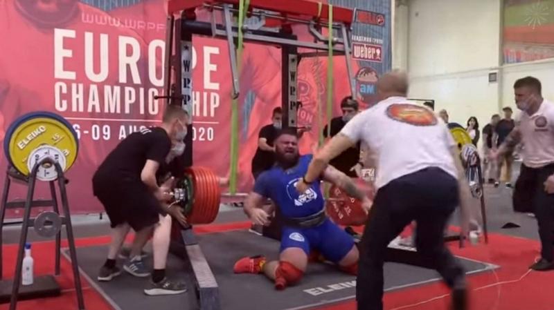 رباع روسي يكسر ركبتيه خلال رفعه 400 كيلوغراماً