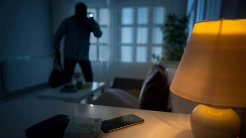 تتعرض للسرقة وهي نائمة مع إبنها داخل غرفة في نزل..أم تطلق نداء!