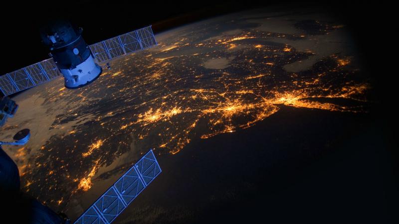 أجسام مضيئة تحلق فوق الأرض... رائد فضاء روسي يكشف اللغز