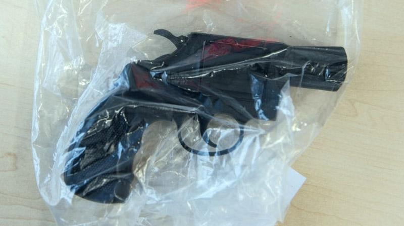 بن عروس: يهدّد ضحاياه بمسدس بلاستيكي لسلبهم !