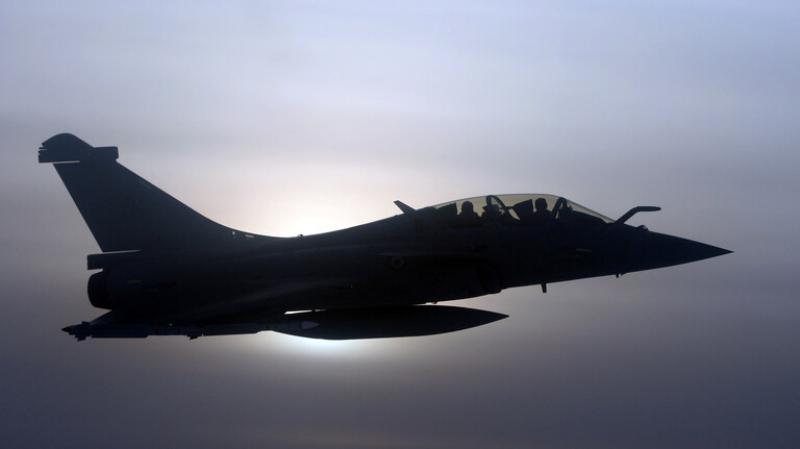 طائرة مقاتلة تتسبب في دوي انفجار كبير في باريس
