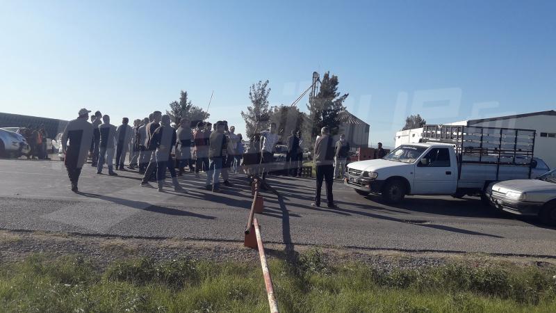 فلاحو القيروان يحتجّون ويغلقون الطريق الوطنية