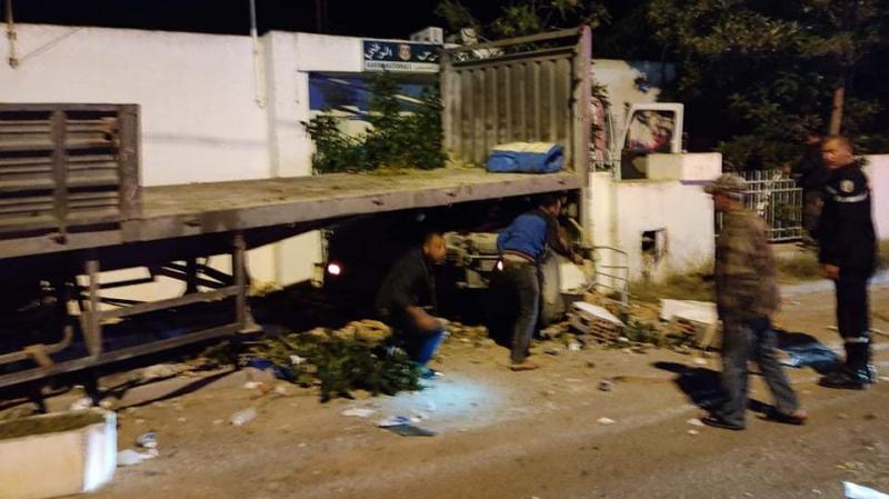 مساكن: إصطدام شاحنة ثقيلة بسور مركز الحرس بالبرجين