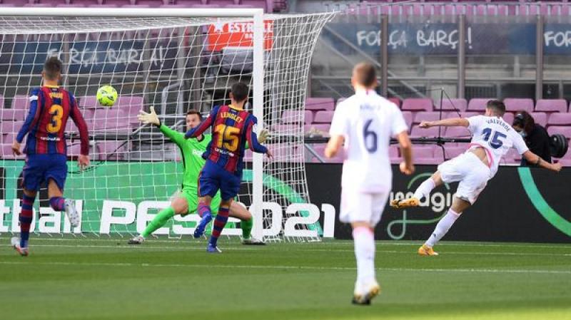 ريال مدريد يضرب برشلونة بثلاثية في الكامب نو