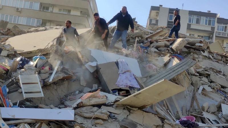 زلزال قوي في تركيا:  4 قتلى و120 جريحا وانهيار العديد من المباني