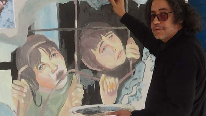القصرين: المدارس تتزيّن بريشة فنان متطوّع