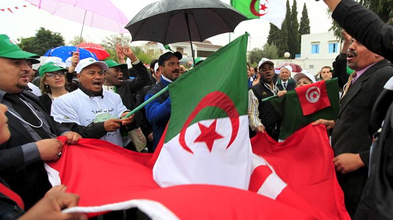 جزائريون يحتجّون أمام سفارتهم