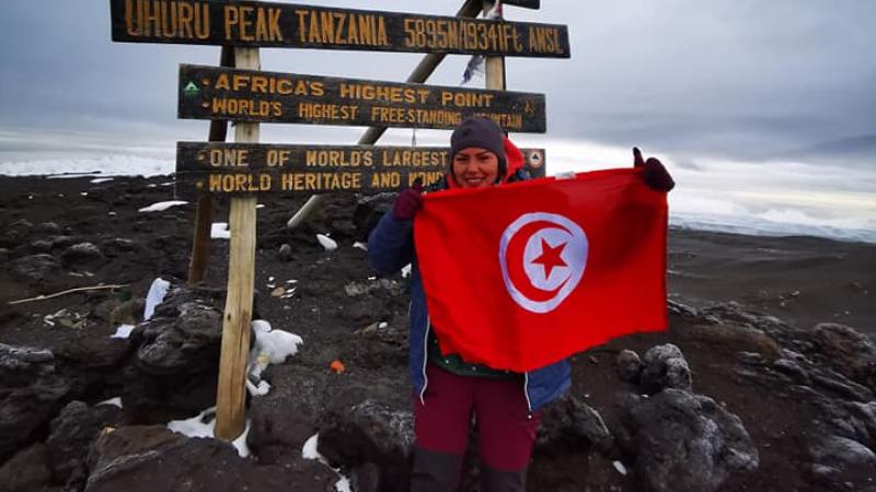 التونسية أروى مراد ترفع العلم التونسي فوق قمة كليمنجارو