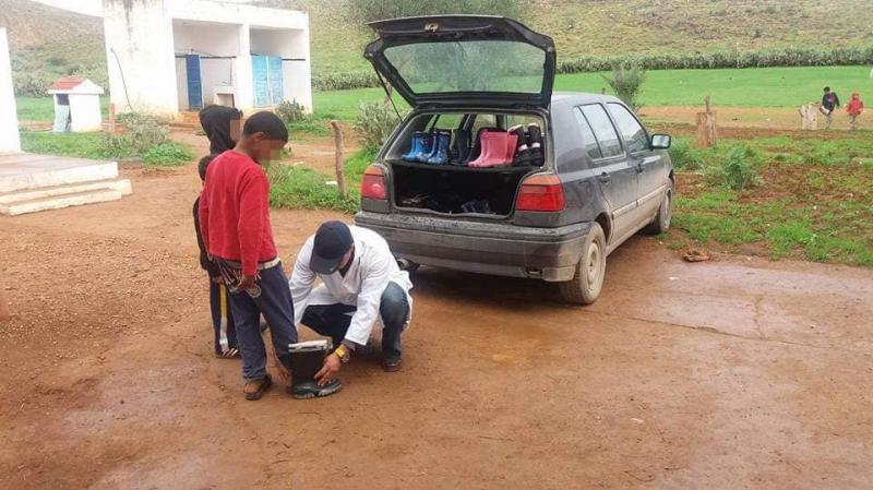جندوبة: معلّم ينحني للتلاميذ ويكسي أقدامهم العارية..