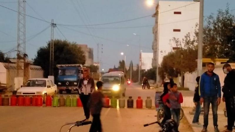 المكنين: يغلقون الطريق بقوارير الغاز الفارغة