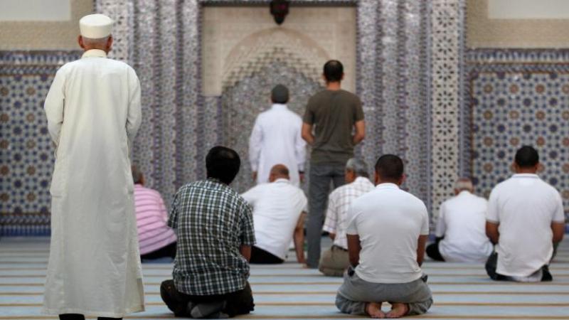 الداخلية الفرنسية تأمر بتفتيش 76 مسجدا
