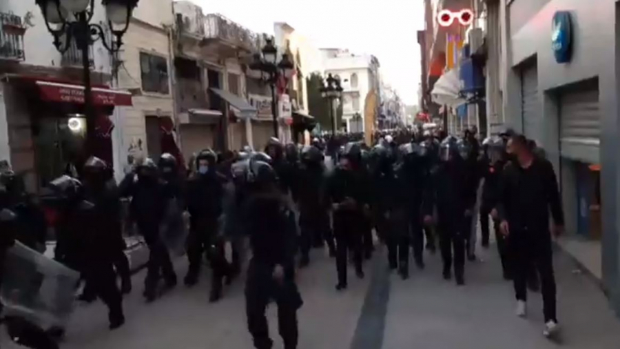 قوات الأمن تمنع المتظاهرين من الوصول إلى شارع الحبيب بورقيبة