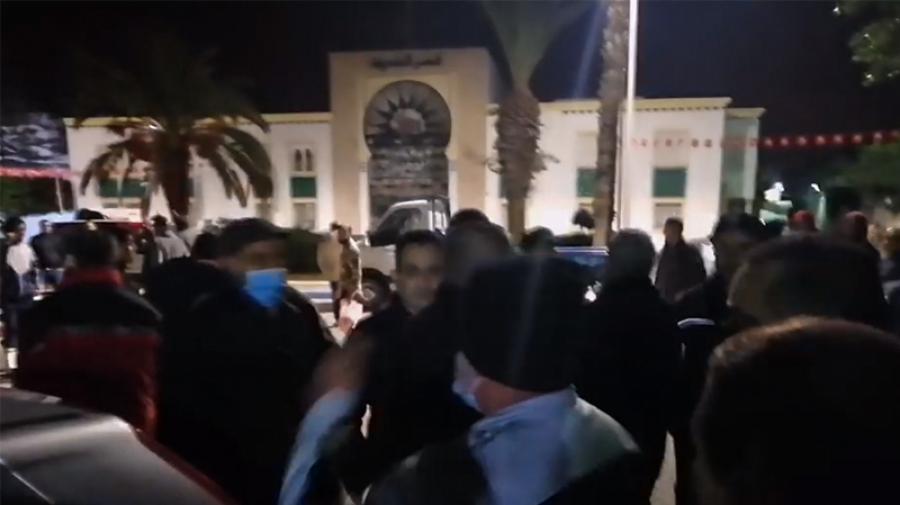 حمام سوسة: المواطنون يحتجّون أمام مقر البلدية